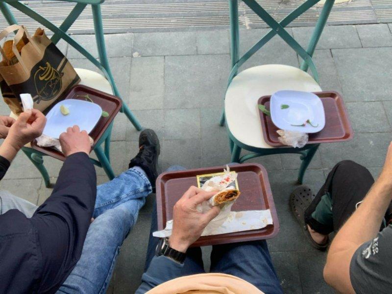 """Restaurace jsou zavřené, takže jídlo s sebou a """"piknik"""" na ulici."""