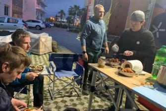 Větráme stany   Společné večeře   K večeři bylo jehněčí