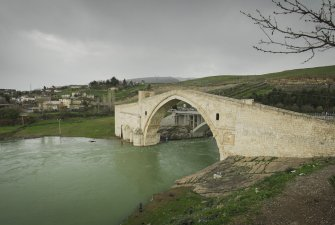 Zaplavené starobylé město Hasankeyf podél řeky Tigris