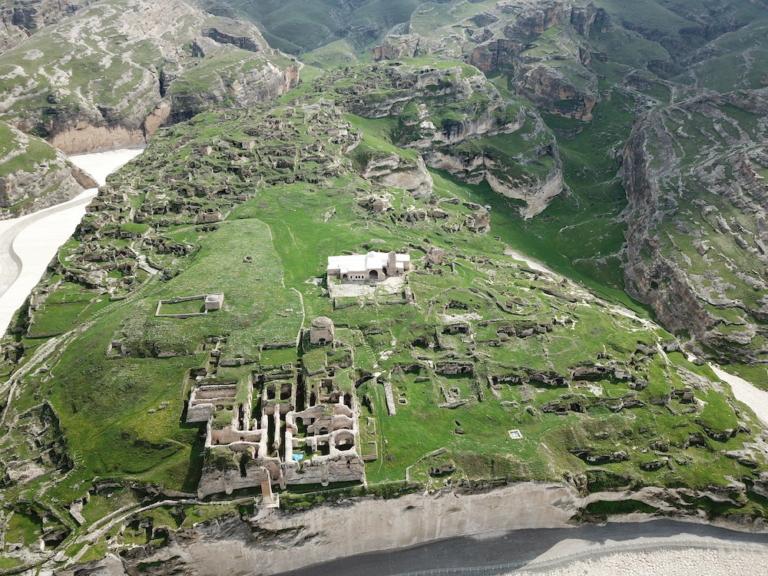 Šafránový klášter byl zavřený, ale nad ním jsme objevili pozůstatky skalního města
