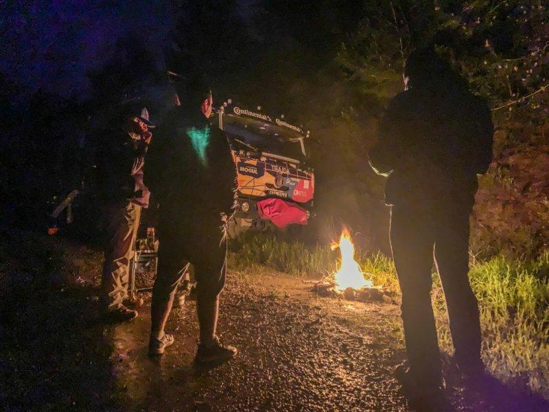 Porada proběhla u ohně, po večeři.