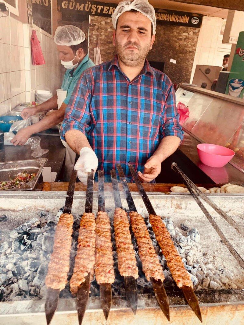 """Turecký kebab je vlastně takový šašlik a my jich vyzkoušeli už skutečně mnoho a pořád jsme se jimi ještě nepřejedli. Své o tom ví i Lucie, naše pravá ruka, která aktuálně """"operuje"""" z Česka a už brzy ji opět uvidíme na palubě Trajdy."""