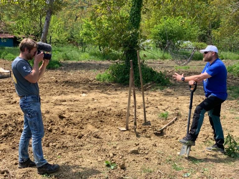 V týmu máme dva kameramany – Jirku a Michala, kteří se starají o videa. Na téhle fotce je ale kameraman Jiřík před objektivem a jeho roli pro tentokrát převzal Lukáš.  Co dodat, jsme všestranný tým.