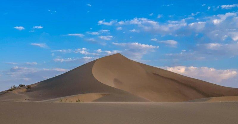Jedna z písečných dun v poušti Varzaneh.