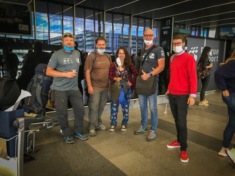 Na letišti v Praze. Zleva: Jiří, Erik, Eva, Marek a Matěj Skalický (Radiožurnál)