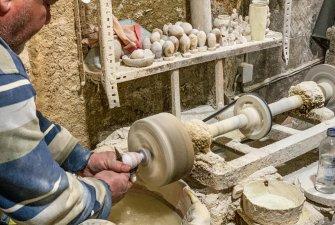 Nahlédli jsme do dílny, kde pán tvoří kamenné dekorace a šperky.