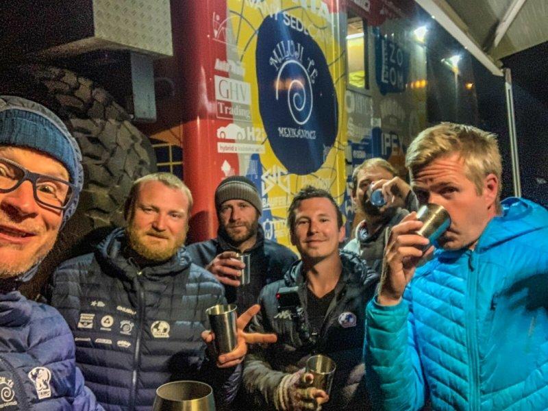 Přípitek ke dvou měsícům od startu TKS2, Zleva: Marek, Jirka, Lukáš, Tom, Jonáš, Michal