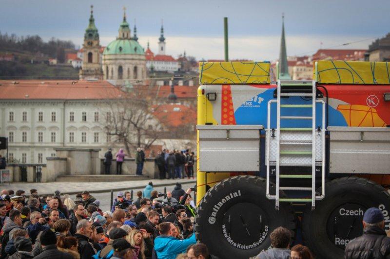 V Praze proběhl slavnostní start, a to před Rudolfinem, kam se s posádkou přišla rozloučit celá řada lidí.