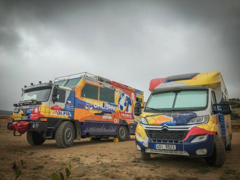 Trajda (T815) a Bludička (obytný vůz Adria) – oba vozy v designu od Pavla Fuksy