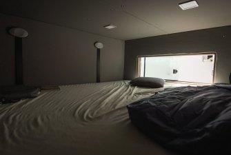 Ředitelna se sjíždění postelí.