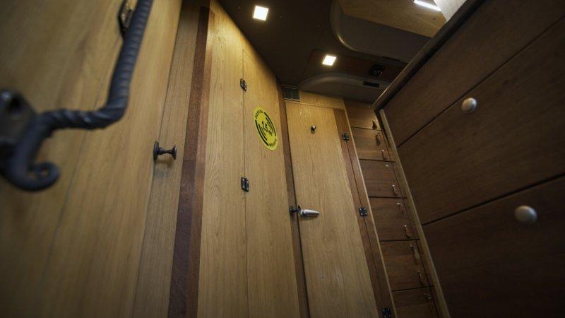 Při vstupu do Trajdy. Do interiéru bylo použitý masiv dřeva merbau.