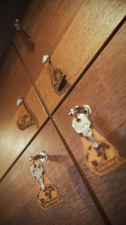 Skříňky na osobní věci, masiv – dřevo merbau, objem 80 litrů.