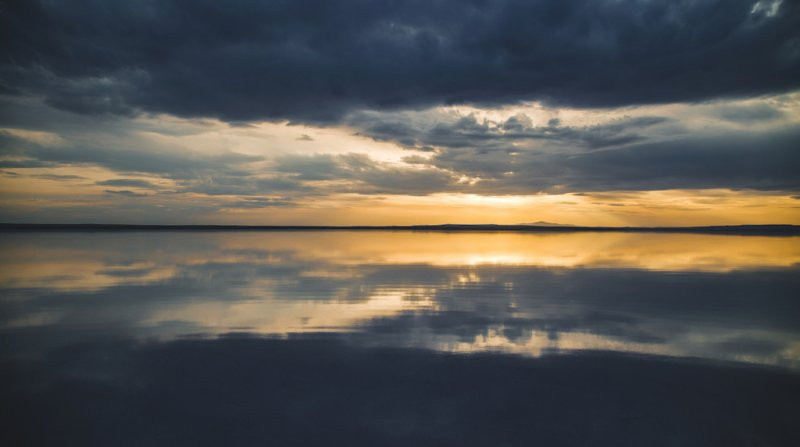 Západ slunce nad solným jezerem