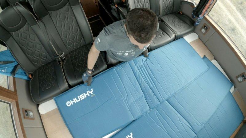"""V """"nouzi"""" je možné během několika minut složit další postel, na které se pohodlně vyspí 3-4 lidé."""