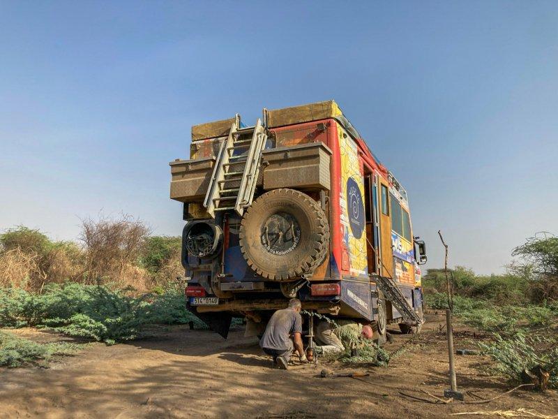 Během cesty přišla na i řadu výměna pneu, nejen šikovné ruce zkušeného tatrováka, ale i nářadí od Bosch byly zárukou dobře odvedené práce.