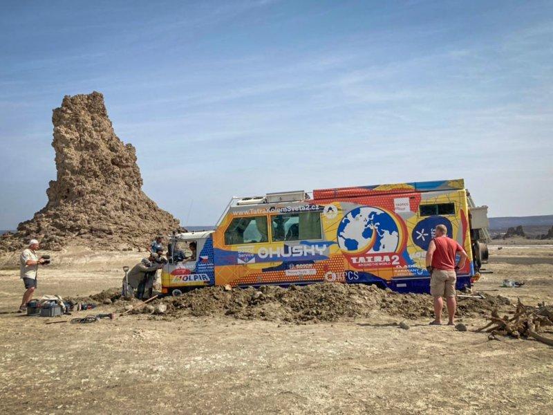 Společné vyprošťování T815 u solného jezera v Džibutsku. Kolektivní práce tým ještě více stmelila.