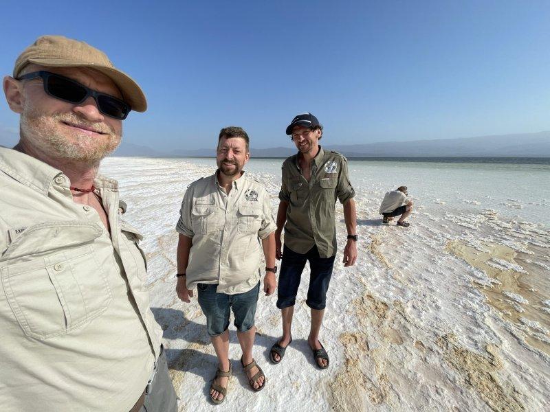 Solná pláň, Džibuti 2021. Zleva: Marek Havlíček, Lukáš Hejl, Marek Pecha – všichni v košilích BUSHMAN.