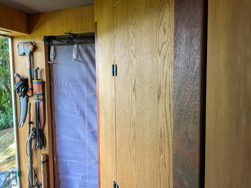 Třicetikilové dveře, byly nahrazeny látkou s moskytiérou.