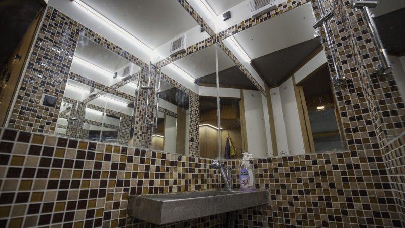 Prostorný sprchový kout, k dispozici je jak teplá, tak i studená voda.
