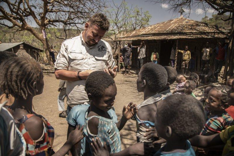 Zvídavost etiopských dětí, kdy jim Lukáš ukazoval jejich fotky v telefonu.