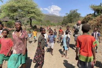 Náhodná odbočka s sebou přinesla návštěvu osady, kde byl tým TKS2 přivítán místními s radostí v očích.