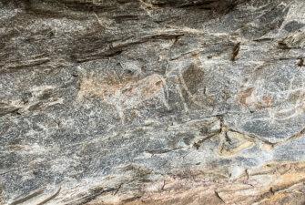 Ukázky červených a bílých maleb na skalách.
