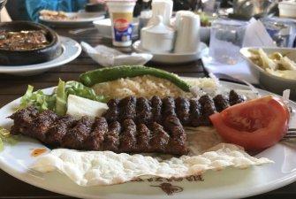 Místo, kde jsme zaparkovali (než nám policie udělala eskortu jinam)   Kebab po turecku   Milan chtěl maso – povedlo se mu objednat si vinné listy s rýží, ale prý taky dobrý